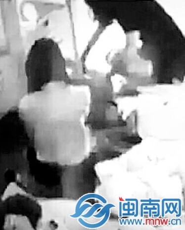 老师在帮小孩脱裤子(视频截图)