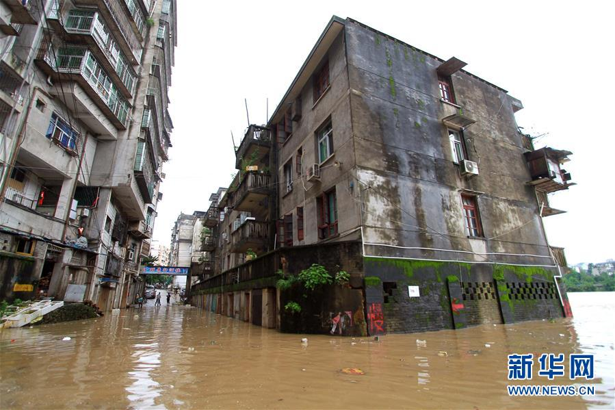 5月8日,福建省南平市顺昌县城区部分街道被洪水侵袭。当日,闽江上游暴发洪水,导致福建省南平市顺昌县城区部分街道被淹。 新华社发(陈柏材)