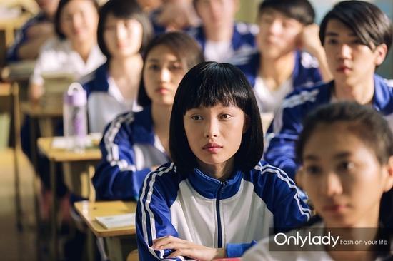 倪妮在《匆匆那年》中剪了短发又换上校服的模样格外清纯。