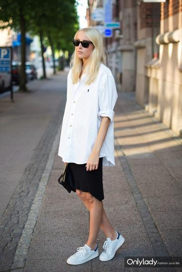 随意的搭在短裙外也是一个不错的选择