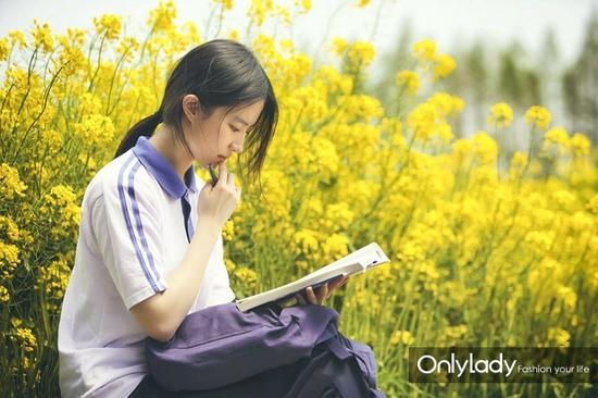 故事的小黄花,从出生那年就飘着,童年的荡秋千,随记忆一直晃到现在,简单的校服也被刘亦菲穿出了仙气。