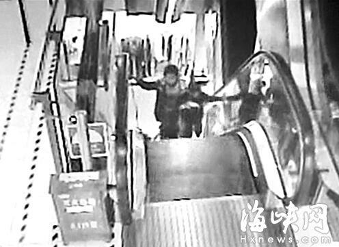 两依姆扶梯上摔倒 机智男童仅用三秒按暂停键