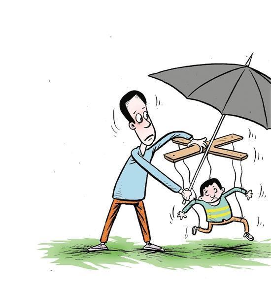 家长们撑着伞,背着书包,牵着孩子,走进校园,在进教室前,不少爸爸妈妈