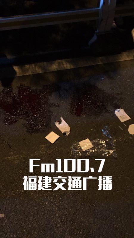 突发!福州闹市区一武疯子持剑砍车伤人,警方紧急制止