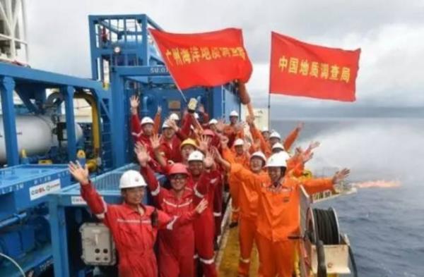 试采成功时,钻井平台工作人员合影庆祝。