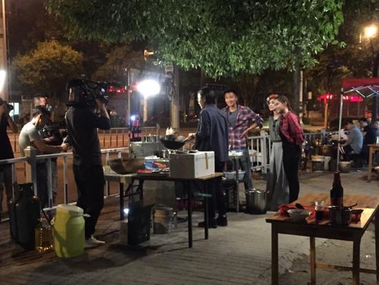 网曝谢霆锋阿娇现身扬州拍摄 街头吃炒饭游瘦西湖
