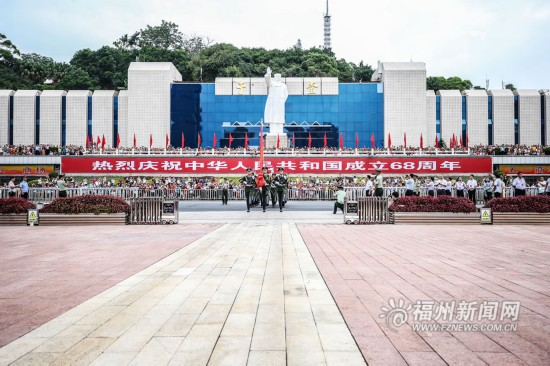 """五一广场举行""""十一""""升国旗仪式"""