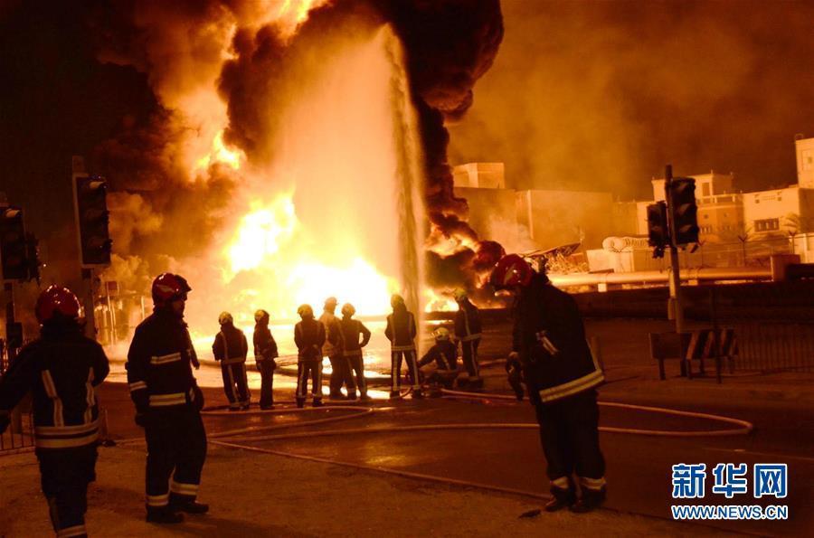 11月11日,巴林内政部发表声明说,巴林一处输油管道10日夜爆炸起火是一起恐怖袭击事件。这是巴林消防人员在现场灭火(11月10日摄)。 新华社/巴林通讯社