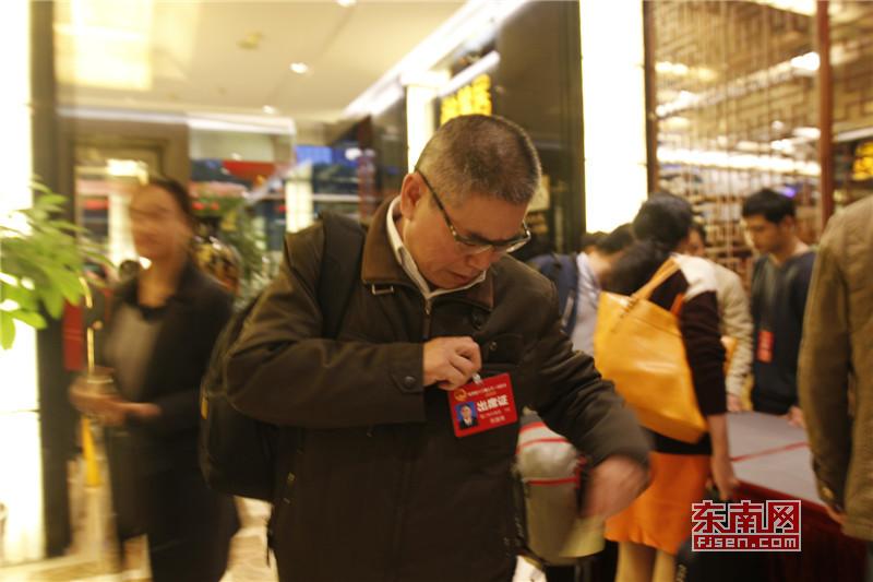 5来自厦门的省人大代表苏国强戴上代表证.jpg