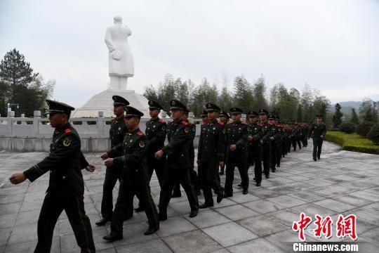 武警龙岩支队官兵整齐行进离开主席园。 郭大伟 摄