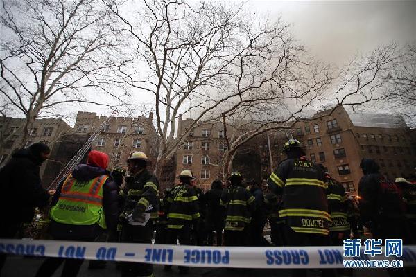 (国际)(4)纽约一公寓楼发生火灾14人受伤