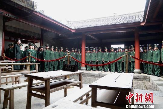 武警龙岩支队官兵参观古田会议会址。 滕照起 摄