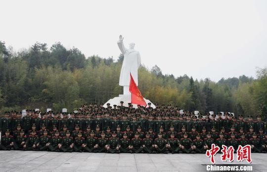 武警龙岩支队官兵在毛主席雕像前合影留念。 叶海炼 摄