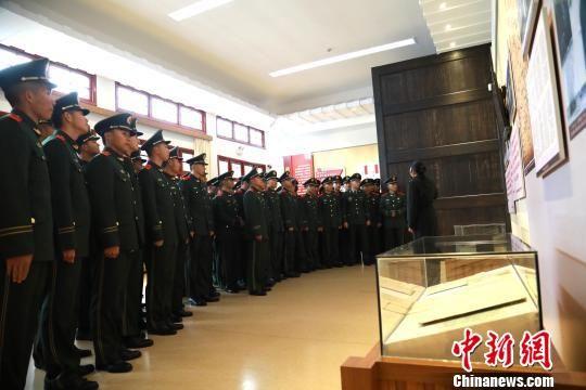 武警龙岩支队官兵参观古田会议会址。 叶海炼 摄