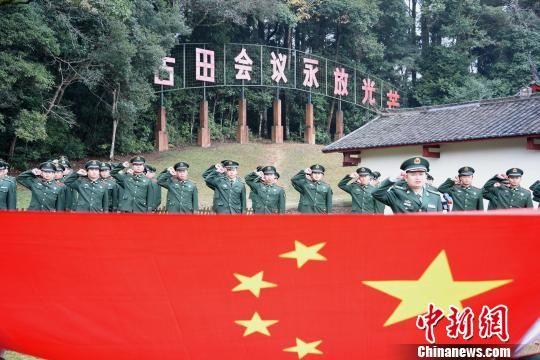 武警龙岩支队官兵在古田会议会址前进行军人宣誓。 刘华勋 摄
