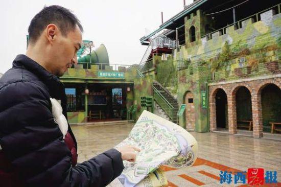 郑奇拿着手绘地图,找到了九架厝战地民俗园。记者 陈晓青 摄