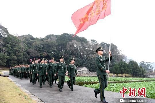 武警龙岩支队官兵在古田会议会址前整齐行进。 叶海炼 摄