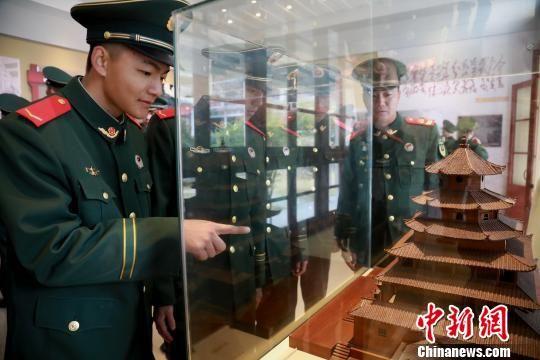 武警龙岩支队官兵参观革命历史文物。 叶海炼 摄