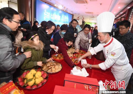 现场设有福清风味小吃展示,吸引市民品尝。 记者刘可耕 摄