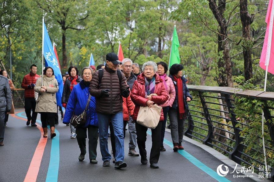 虽然天气寒冷,但参与健步行的群众依旧热情高涨 邹家骅摄