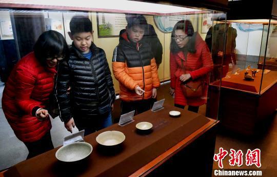 宋代福清东张窑青白瓷小蝶等展品吸引观众眼球。 记者刘可耕 摄