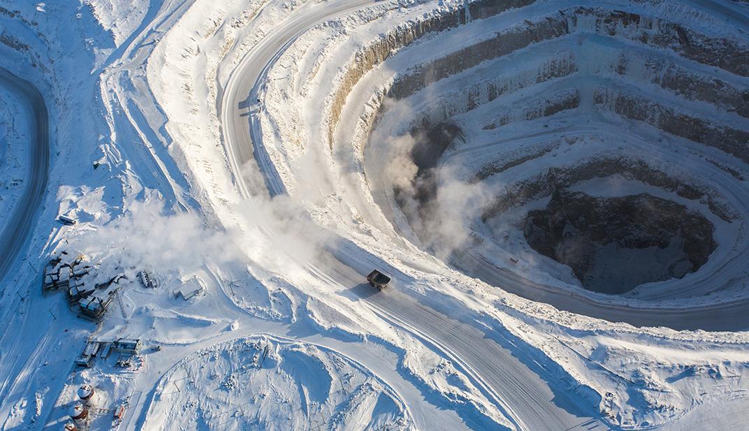 """戴维克钻石矿位于北极圈以南220公里,被称为""""世界上最神奇的坑洞之一"""",年产钻石量约为600-700万克拉。1991年在加拿大西北地区首次发现钻石,引发了加拿大史上最大的矿产勘探热潮。成功确定戴维克勘探靶区则是在1993年,露天开采始于2003年,至今已生产钻石超过1亿克拉。来源:第一财经日报 作者:董鑫"""