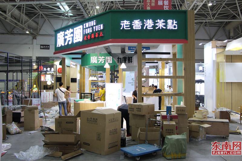 1号馆饮品专区,工作人员正在装饰展区.jpg