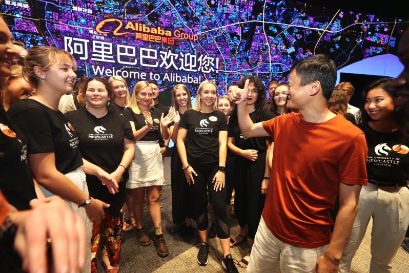 """马云勉励来访学生:做""""勇气、责任和智慧的大使"""""""