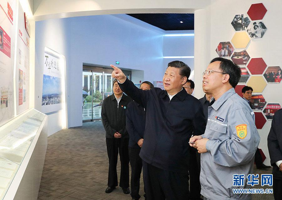2018年6月13日,习近平在山东烟台考察。这是他在万华烟台工业园听取企业基本情况介绍,察看核心产品展示。图片来源:新华社