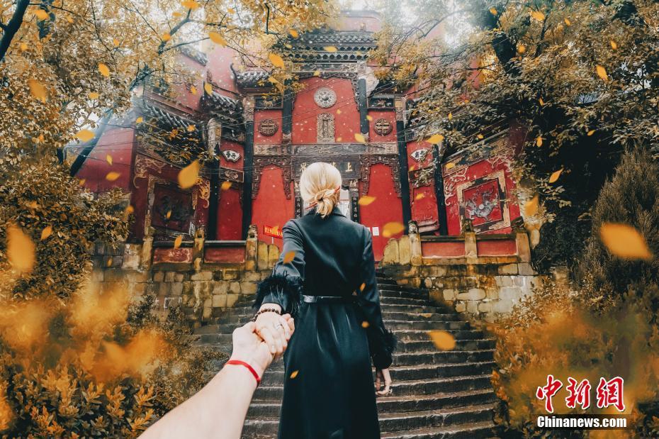 """全球知名""""牵手照""""夫妻拍摄重庆之美"""
