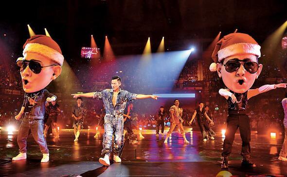 刘德华前晚个唱舞台特别加强圣诞气氛。