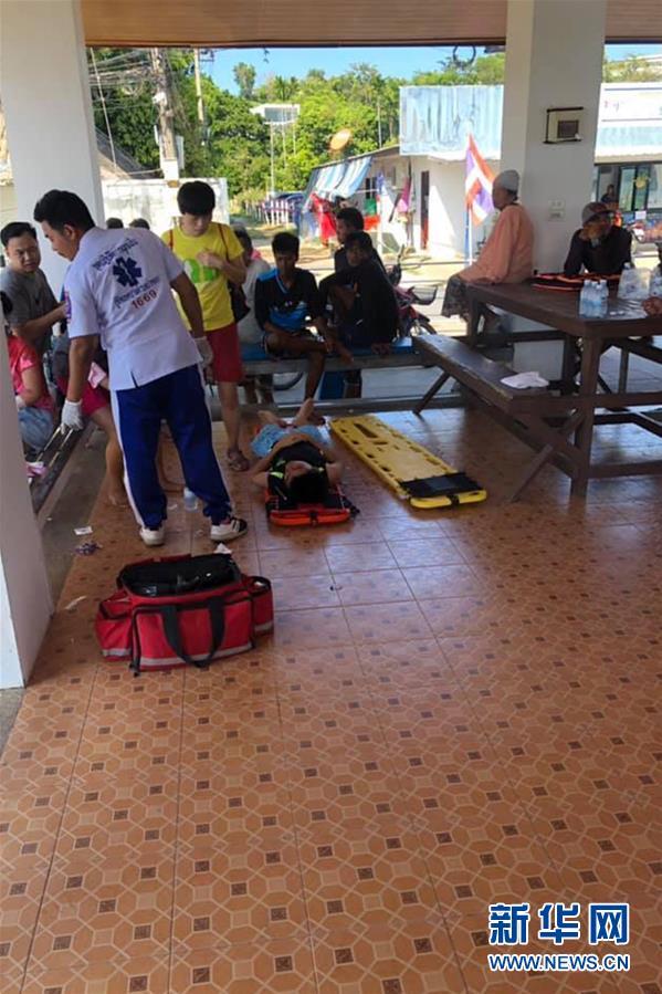 (国际)(2)泰国普吉海域发生快艇撞船事故致11名中国游客受伤