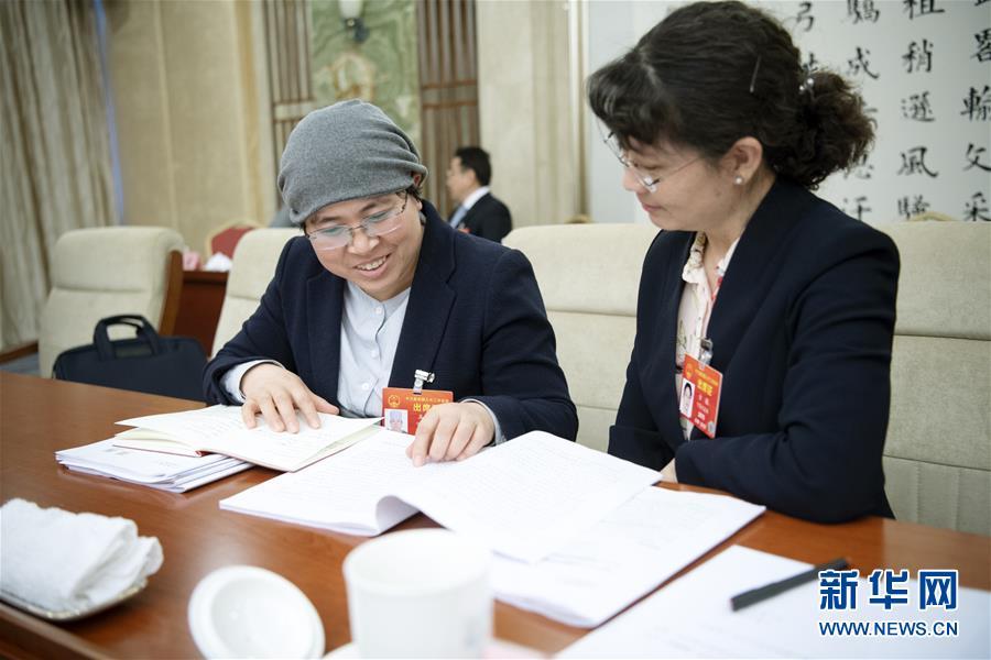 (两会·图片故事)(3)全国人大代表马慧娟:关注贫困地区成年人文化教育