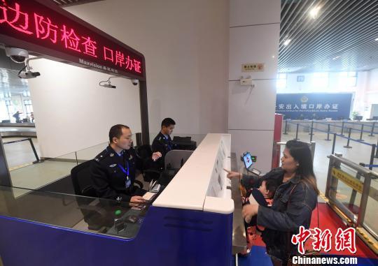 图为4月10日,旅客在平潭澳前客滚码头通过申请口岸落地办证后正在进行通关。 记者 张斌 摄