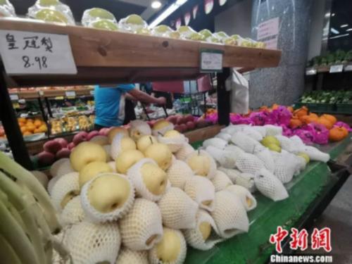 图为超市里的皇冠梨。 谢艺观 摄