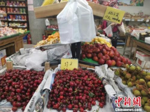 图为超市里的荔枝。 谢艺观 摄
