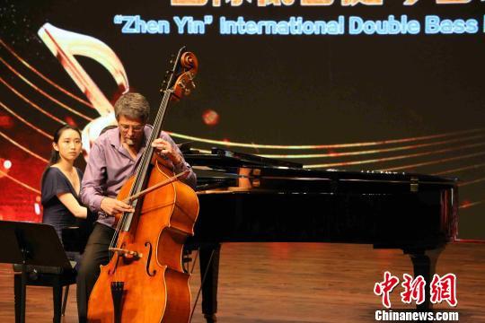 美国低音提琴演奏家表演高水平的独奏曲目。 付敬懿 摄