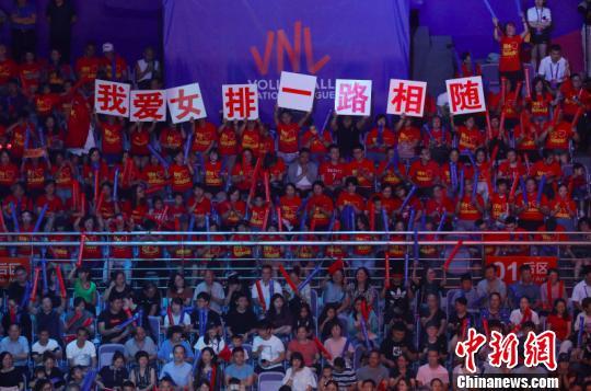 当晚的南京奥林匹克体育中心体育馆座无虚席,气氛热烈。球迷们为中国女排呐喊助威。 泱波 摄