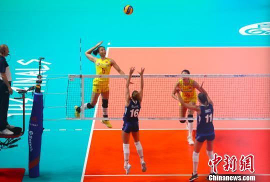 中国女排队员扣球。 泱波 摄