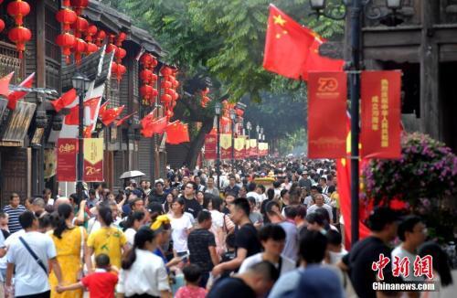 """10月4日,福州三坊七巷游人如织。福州""""三坊七巷""""是中国十大历史文化名街之一,国庆假期期间,三坊七巷景区吸引了众多游客前来游览。张斌 摄"""