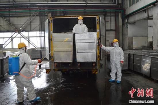 2月6日,工作人员将应对疫情产生的废物卸车消毒。北京润泰环保科技有限公司 供图