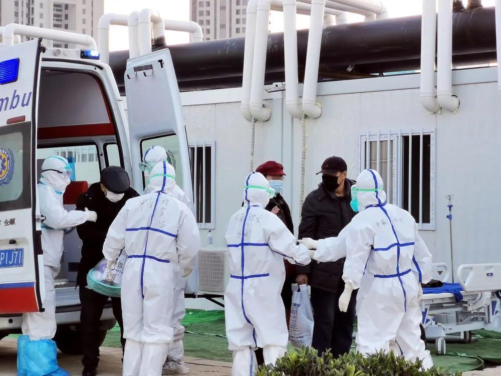 △新冠肺炎患者被转运到武汉雷神山医院接受治疗。