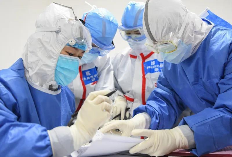 △2月14日,武汉江夏方舱医院的医护人员在核对收治病人的床位安置信息。