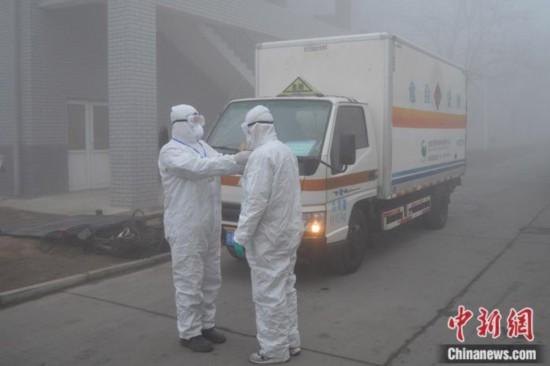 2月13日,清运人员在清晨出车前整理防护用品。北京润泰环保科技有限公司 供图