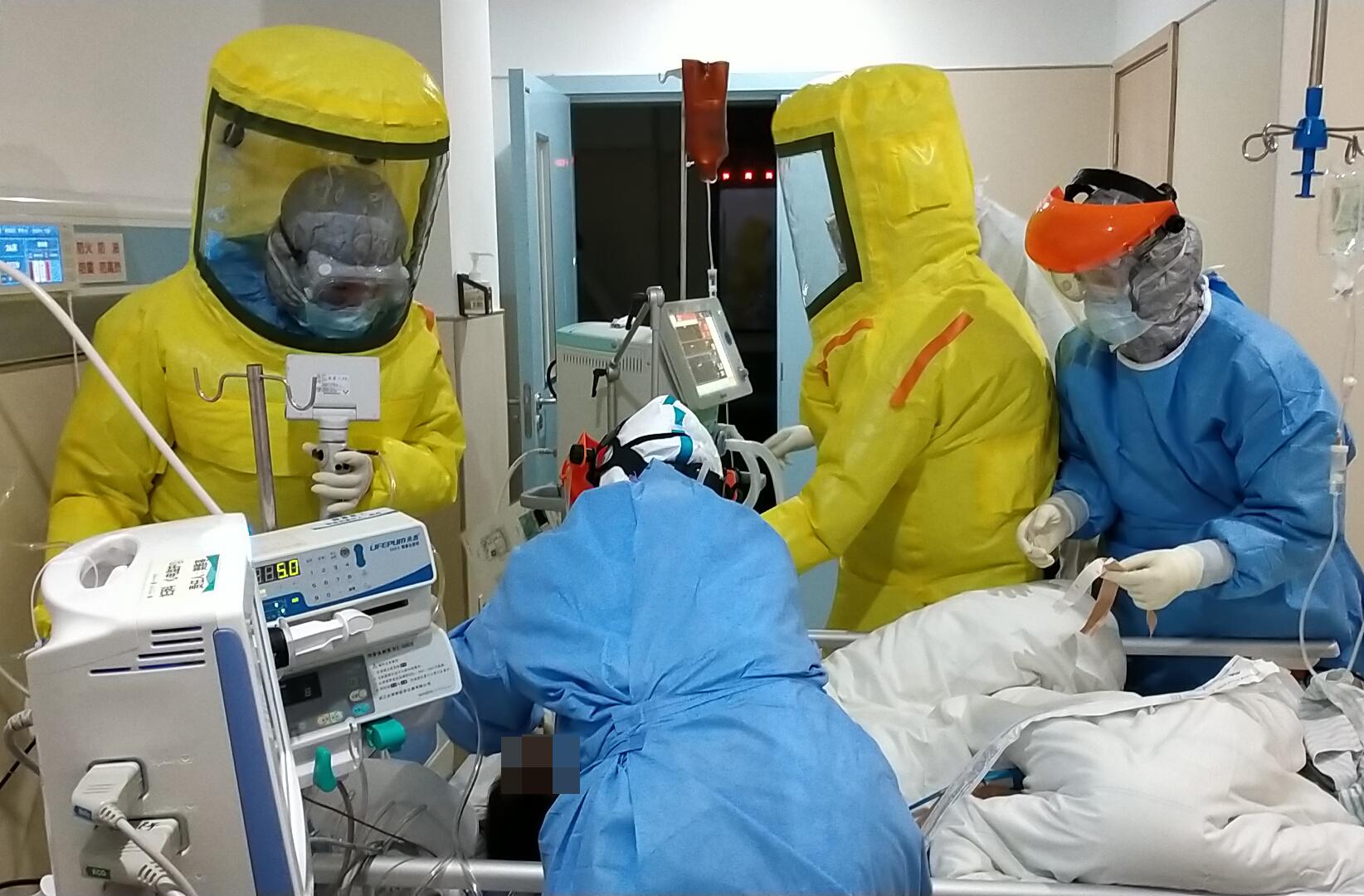 2月15日,广东省对口支援湖北荆州医疗队队员、南方医科大学南方医院的医护人员在荆州救治患者。