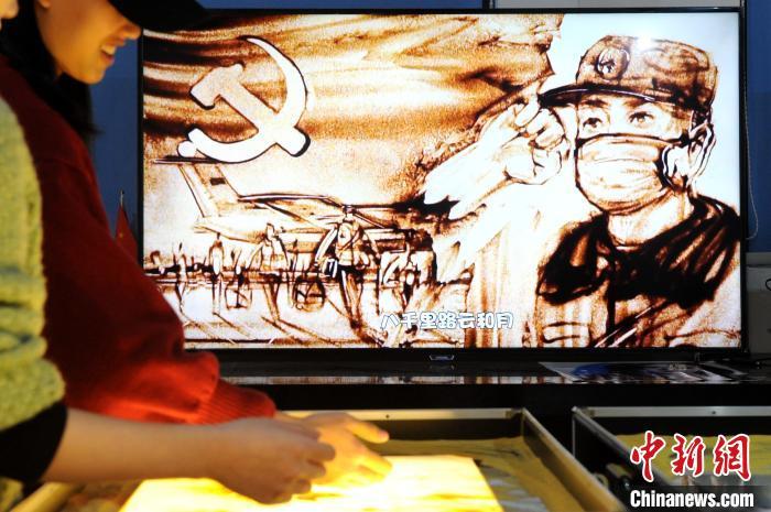 """新冠肺炎疫情暴发后,该基地先后发布《武汉,武汉!》《一令降妖魔》等""""抗疫""""主题原创沙画视频作品。 张金川 摄"""