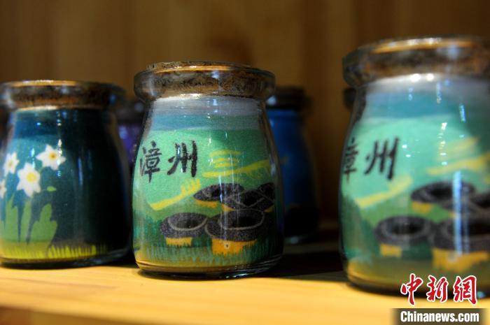 永润沙画艺术产业基地展出的部分沙瓶画作品。 张金川 摄