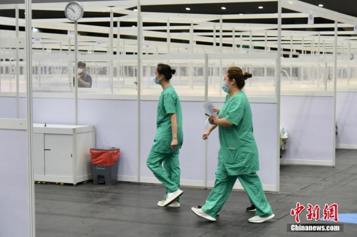 8月1日,医护人员于治疗设施启动前作巡视,确保安全。