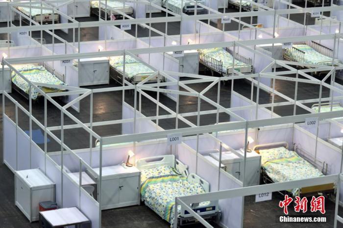 8月1日,香港医院管理局启用位于亚洲国际博览馆的社区治疗设施。图为独立病格内有储物柜及桌。 <a target='_blank' href='http://www.chinanews.com/'>中新社</a>记者 李志华 摄
