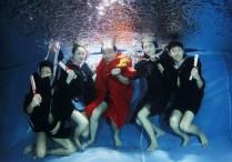 协和学院毕业生进泳池拍毕业照